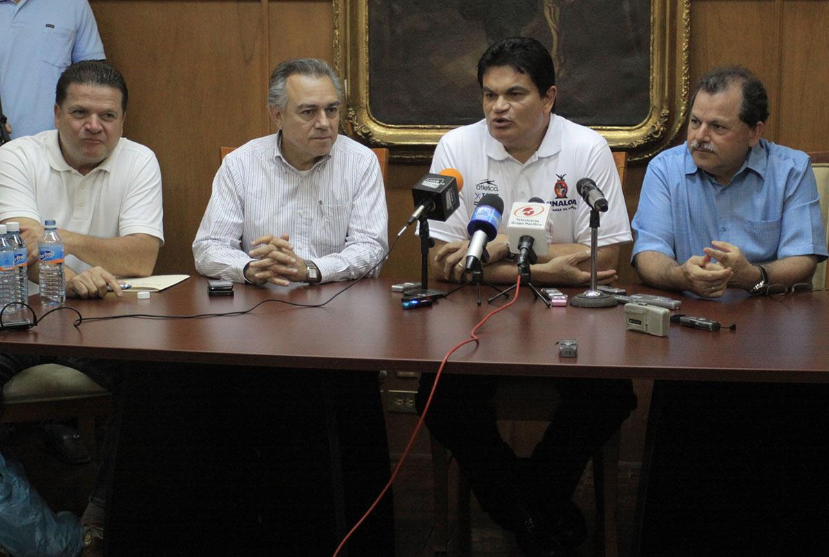 José Luis López Montiel (segundo de izquierda a derecha) calificó los proyectos de obra y consiguió recursos como titular de la Unidad de Inversiones del sexenio de Mario López Valdez.